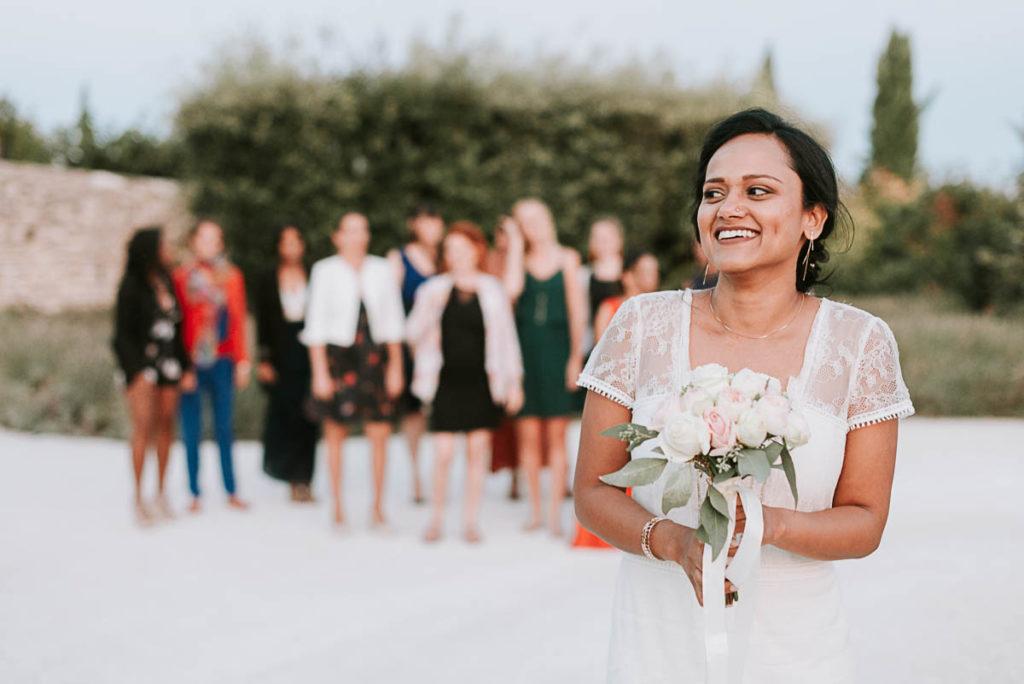 Reportage Mariage Annecy - Lancer du bouquet de la mariée - Drome - Domaine de Sarson -Photographe Haute Savoie - EMKA Photographe
