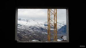 EMKA Photographe - Annecy - Montchavin - Reportage de Chantier - Fenêtre et grue